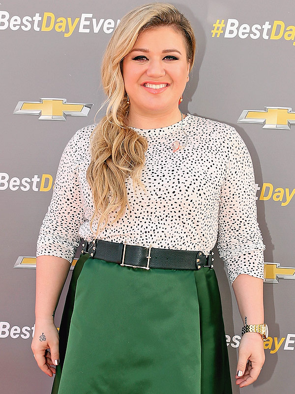 LOS ANGELES,<br /><br /><br /> CA - APRIL 01:  Singer Kelly Clarkson