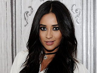 Shay Mitchell's Makeup Artist Makes the Case for Wearing Blue Eyeliner this Fall