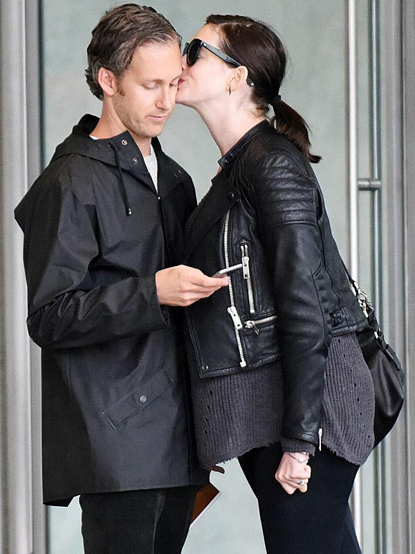 Anne Hathaway pregnant Adam Shulman kiss
