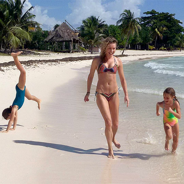 Rebecca Romijn Jerry O'Connell twin daughters beach