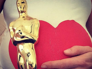 Anne Hathaway (and Her Bump!) Wish Oscar Attendees Good Luck
