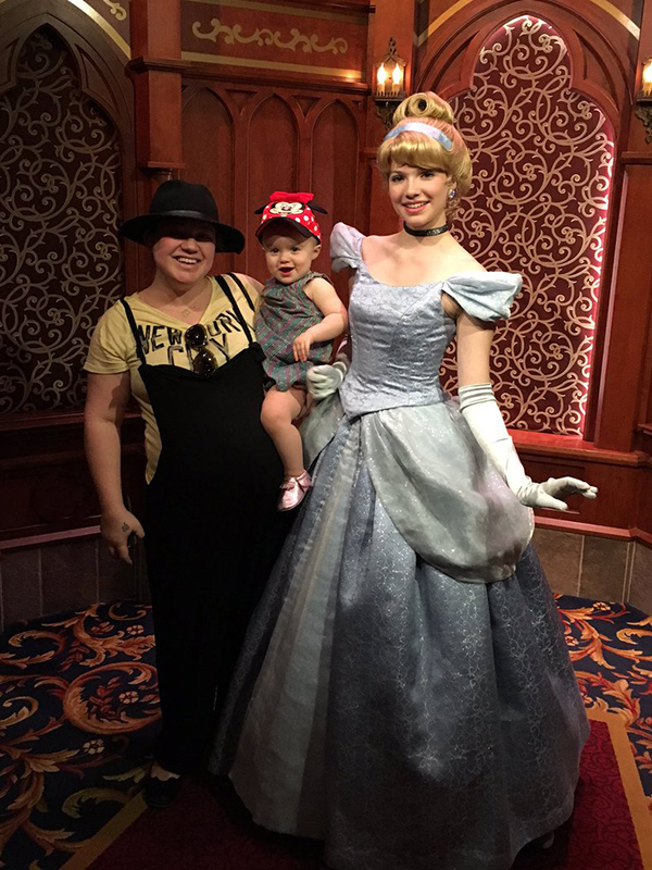 Kelly clarkson and daughter river hang with cinderella for How many kids does kelly clarkson have