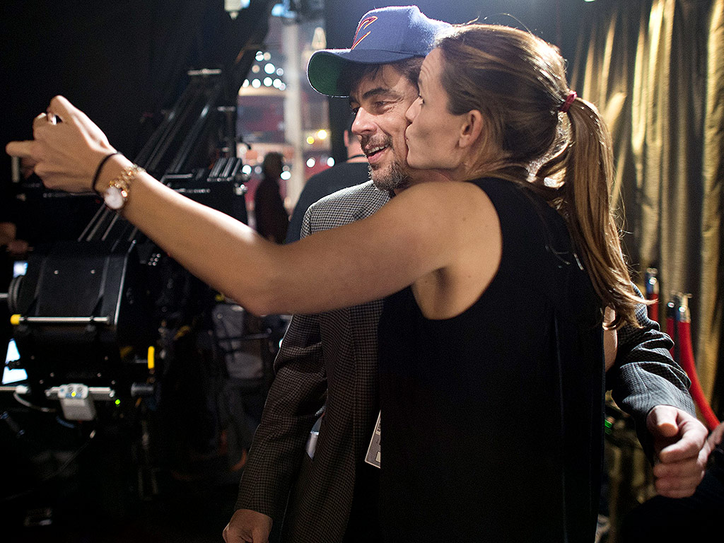 Oscars 2016: Jennifer Garner Smooches Benicio Del Toro During Rehearsal