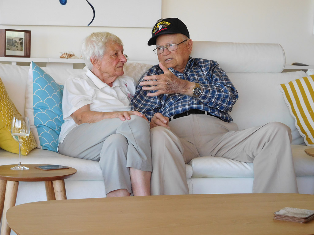 After a Whirlwind Reunion with His Wartime Love, WWII Veteran Returns Home – and Reveals the Special Gift He Gave Her| Real People Stories, The Daily Smile, Military and Soldiers