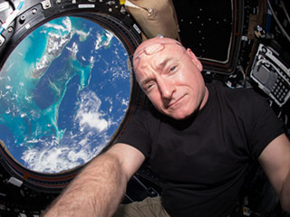 Scott Kelly Enjoys His 'First Salad on Earth' As His Brother and Dr. Jill Biden Prepare to Greet Him in Houston