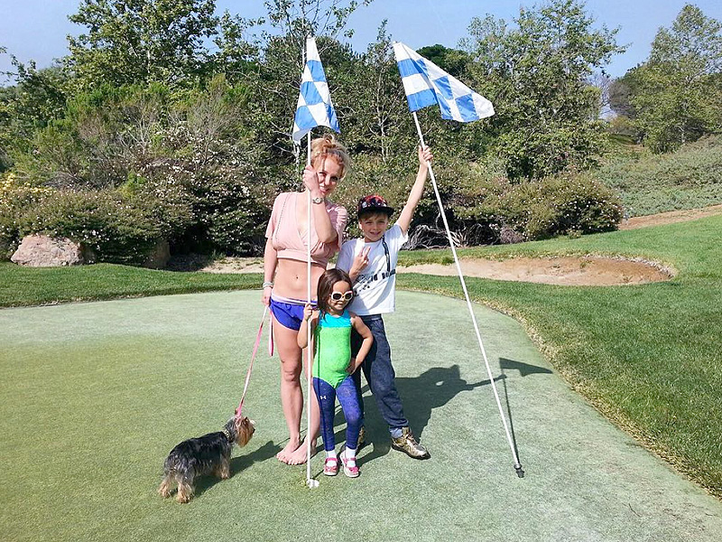 Britney Spears Shows Her Amazing Abs While Golfing ... Britney Spears Instagram