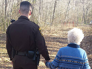 Touching Photo of Police Officer Comforting Lost 80-Year-Old Woman With Dementia Melts Hearts