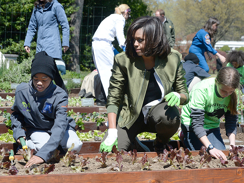 #TurnipForWhat: Michelle Obama Holds Final White House Kitchen Gardening Event| Presidential Elections, Barack Obama, Michelle Obama