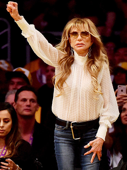 Sweet Goodbye! See Lakers Fanatic Dyan Cannon's Sendoff for Kobe Bryant at His Final Game| People Scoop, Sports, Kobe Bryant