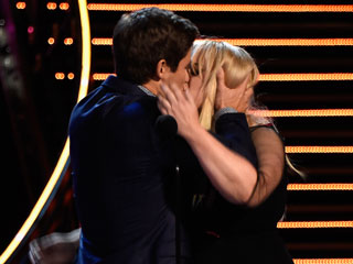 Get a Room! Pitch Perfect 2's Rebel Wilson & Adam DeVine Win Best Kiss – and Go to Town with Epic Lip-Lock