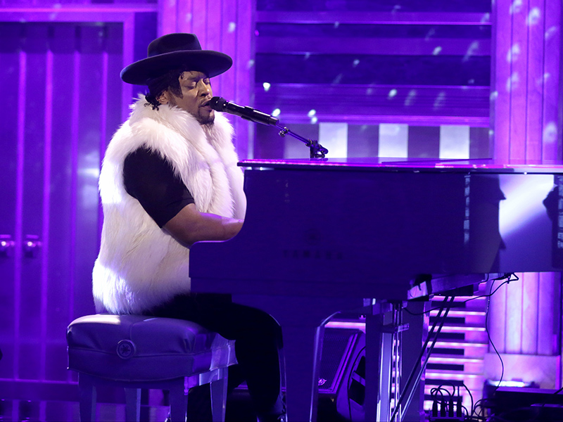 D'Angelo Performs Prince Tribute with Maya Rudolph and Gretchen Lieberum on Tonight Show| Death, The Tonight Show, TV News, D'Angelo, Jimmy Fallon, Maya Rudolph, Prince