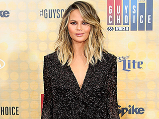 Chrissy Teigen Competes with (and Loses to) Robert De Niro for Most Fan Photos at the Guys Choice Awards: 'No One Cares About Me'