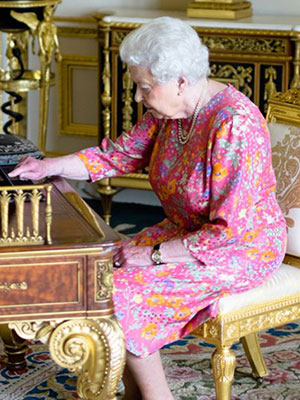 Queen Elizabeth Just Tweeted – and There's a Photo to Prove It!