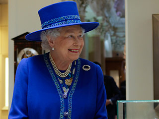'It's for Those Sticky Things' – Post-it Note Lover Queen Elizabeth Given the Perfect Gift for Her Office Desk