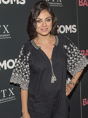 Mila Kunis pregnant breastfeeding in public