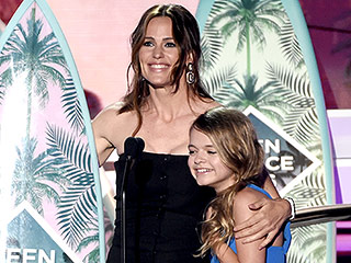 'Don't Give Up Hope': Jennifer Garner Pays Tribute to Sick Kids During Surprise Teen Choice Awards Win
