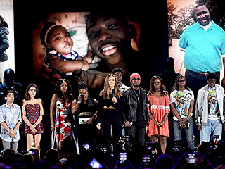 Jessica Alba Becomes Overwhelmed with Emotion While Presenting Teens Affected by Gun Violence at TCAs