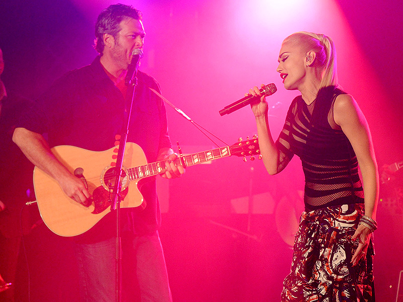Gwen Stefani Joins Boyfriend Blake Shelton on Stage at His St. Paul Concert – And Periscopes the Whole Show!