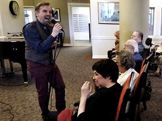 Oregon Pianist Brings Smiles to Lonely Retirement Home Citizens with Big Band Tunes: 'Music Is the Medicine of Life'