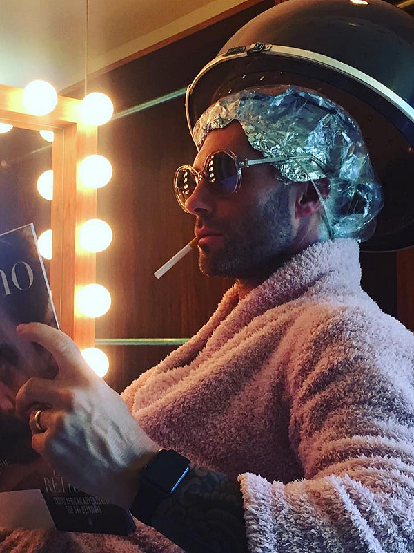Grammys 2016 adam levine and more prep old school for Adam beauty salon