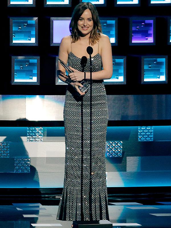 Dakota Johnson wardrobe malfunction people's choice awards 2016