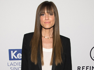 What Does Allison Williams Wear When She Watches The Bachelor?