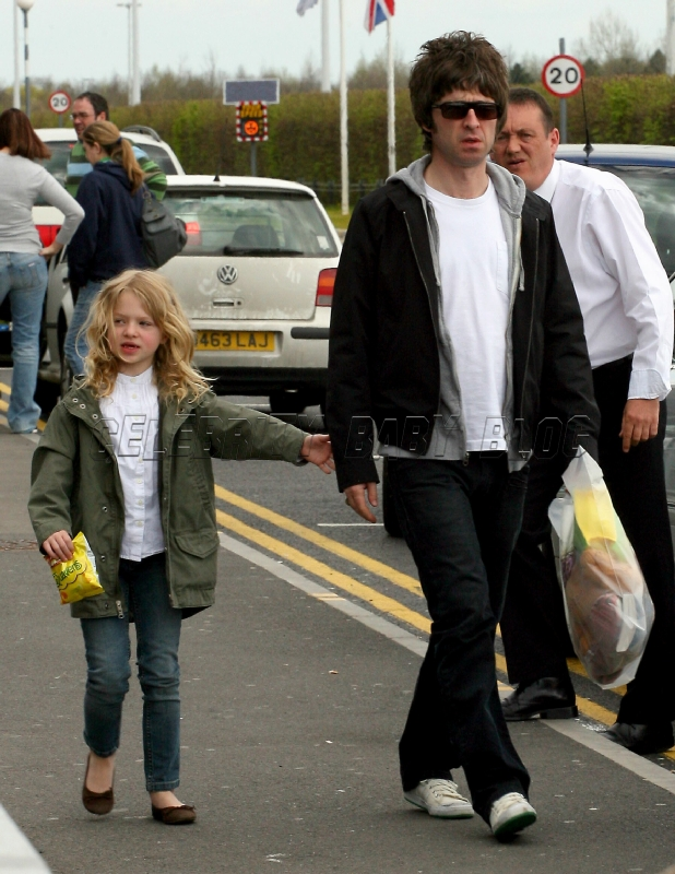 Noel and Anais Gallagher at airport - Moms & Babies ...