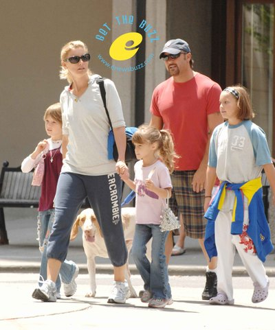 Hill mcgraw family out in toronto moms babies for How old are tim mcgraw and faith hill s kids