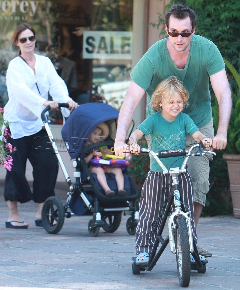 noah wyle. Noah Wyle and family out on
