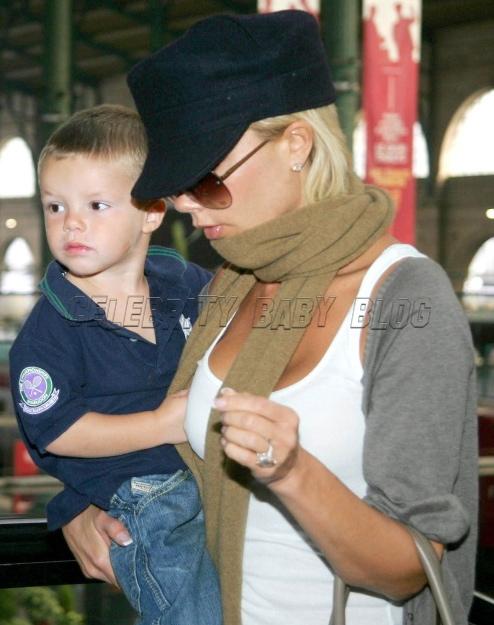 Victoria and Cruz Beckham arrive at train station – Moms ... Victoria Beckham Dresses