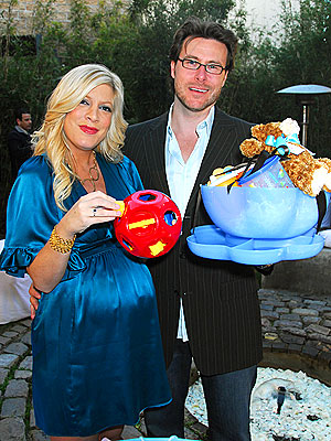 Baby_shower_tori_spelling_2