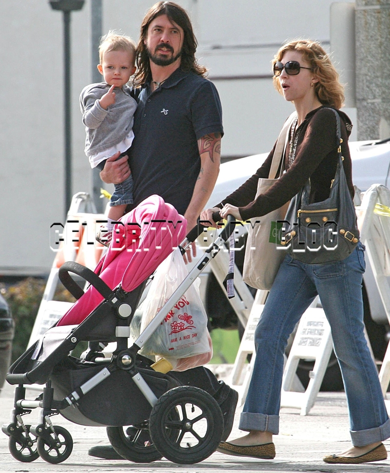 Dave Grohl And Family Go Shopping Moms Amp Babies Celebrity Babies And Kids Moms Amp Babies