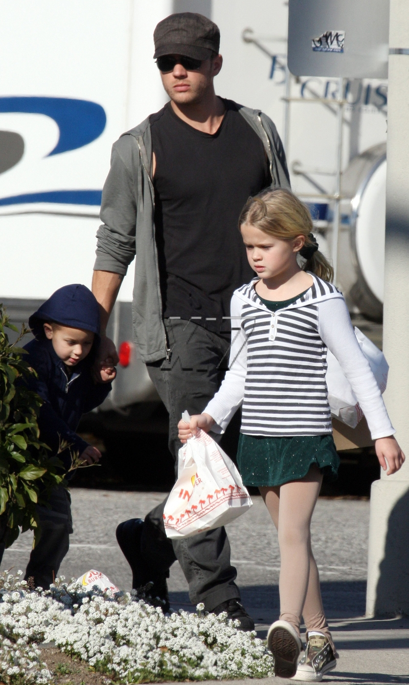 Ryan, Ava, and Deacon Phillippe out on Sunday – Moms ... Ryan Phillippe Children
