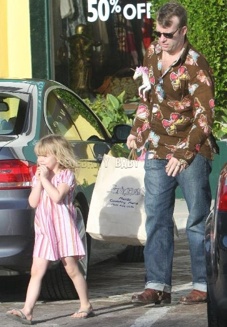 thomas jane spends the day shopping with harlow  u2013 moms  u0026 babies  u2013 celebrity babies and kids