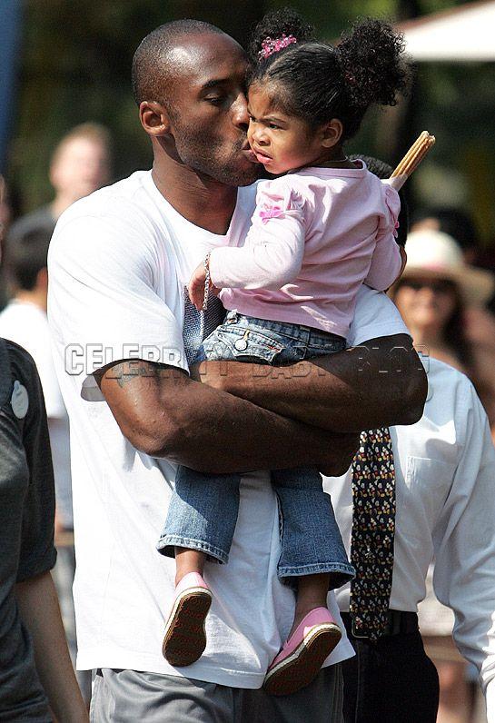 kobe bryant wife. Kobe Bryant smooches Gianna at