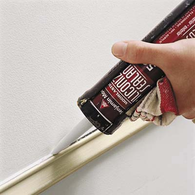 filling gaps and holes in the wall with caulk