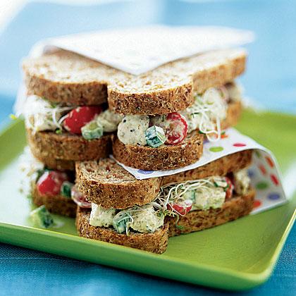 Sandwich de ensalada de pollo pesto